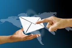 De hand van de brievenbesteller draagt postpictogram aan ontvanger Stock Afbeeldingen