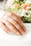 De hand van de bruid Stock Afbeeldingen