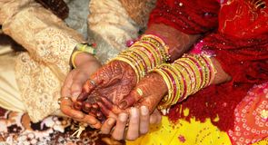 De hand van de bruid en van de Bruidegom met de tatoegering van de Henna Stock Afbeeldingen