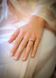 De hand van de bruid met ring Stock Afbeelding