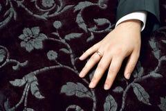 De hand van de bruidegom met ring Stock Afbeelding