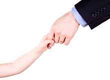 De hand van de de holdingsvader van het kind. Het concept van het vertrouwen, van togethterness en van de steun. stock fotografie