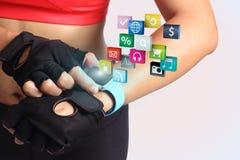 De hand van de geschiktheidsvrouw met het dragen van touchscreen van de horlogeband smartwatch Stock Afbeelding