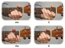 De hand van de gitarist het spelen gitaarsnaren: Am, C, Em, E Royalty-vrije Stock Afbeeldingen