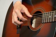 De hand van de gitarist, vingers die akoestische gitaar speelt Royalty-vrije Stock Afbeelding