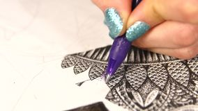 De hand van de kunstenaar trekt een pen stock video