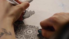 De hand van de kunstenaar trekt een pen stock footage