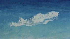 De hand van de kunstenaar trekt met een paletmes op canvas stock footage