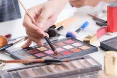De hand van de make-upkunstenaar de stichting van het borstelspoeder gebruiken en de hulpmiddelen die van maken omhoog kunstenaar Royalty-vrije Stock Foto