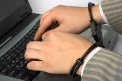 De hand van de mens met handcuffs royalty-vrije stock afbeeldingen