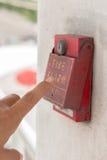 De hand van de mens trekt brandalarm Stock Foto's