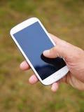 De hand van de mens wat betreft het scherm op slimme telefoon 2 Royalty-vrije Stock Foto