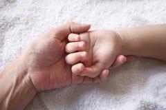 De hand van de moeder & van het jonge geitje Royalty-vrije Stock Foto's
