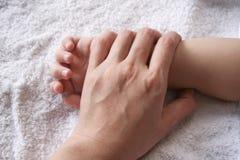De hand van de moeder & van het jonge geitje Stock Afbeelding