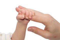 De hand van de Moeders van de Holding van de baby Stock Foto