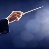 De hand van de orkestleider het leiden stock afbeeldingen