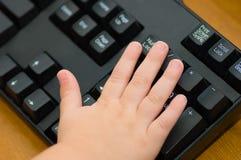 De Hand van de peuter op Toetsenbord Royalty-vrije Stock Afbeelding