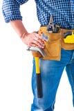 De hand van de timmermansholding op toolbelt met hulpmiddelen Stock Afbeeldingen