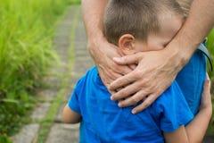 De hand van de vader leidt zijn kindzoon in de zomer bosaard openlucht Stock Afbeeldingen