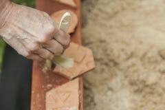 De hand van de vrouw het schoonmaken met een borstel, drie stukken van aardewerk in a Royalty-vrije Stock Foto