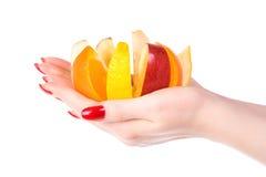 De hand van de vrouw met fruitmengeling Stock Foto