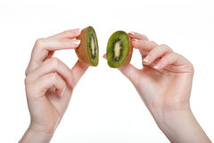 De hand van de vrouw met geïsoleerd kiwifruit Stock Foto's