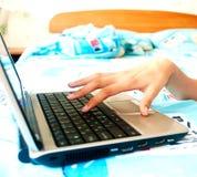 de hand van de vrouw met laptop Royalty-vrije Stock Foto's