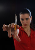 De hand van de vrouw met sigaret Stock Foto's