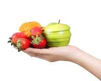De hand van de vrouw met vruchten Stock Foto's