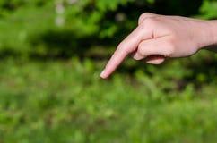 De hand van de vrouw met waterdaling op het eind van vinger Stock Foto's