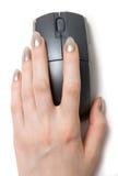De hand van de vrouw op computermuis Royalty-vrije Stock Afbeeldingen