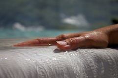 De hand van de vrouw op witte waterval Royalty-vrije Stock Afbeeldingen