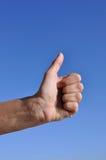 De hand van de vrouw - trhumb omhoog Stock Fotografie