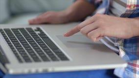 De hand van de vrouw wat betreft laptop touchpad thuis stock video