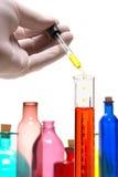 De Hand van de Wetenschapper van de Apparatuur van het glas Royalty-vrije Stock Afbeelding