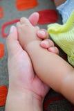 De hand van de zoon houdt de grote vinger van de papa Royalty-vrije Stock Afbeelding