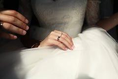 De hand van een bruid Royalty-vrije Stock Afbeeldingen