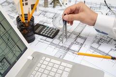 De hand van een mannelijke architect die een ontwerp trekken die een potlood gebruiken stock afbeeldingen