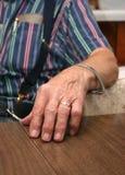 De hand van een oude landbouwer Royalty-vrije Stock Foto's