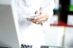 De hand van een vrouw houdt een memorandum Stock Afbeelding