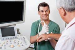 De Hand van gelukkige Technicusscanning male patient stock fotografie