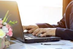 De hand van het bedrijfsmensenclose-up met document het schrijven stock afbeeldingen