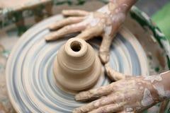 De hand van het kind - gemaakte modderklei Stock Foto's
