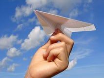 De hand van het kind met document vliegtuig royalty-vrije stock foto's