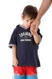 De hand van het kind met papa