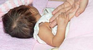 De hand van het kind met tederheid Royalty-vrije Stock Afbeelding
