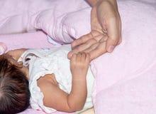 De hand van het kind met tederheid Stock Foto's