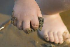 De hand van het kind met zand Stock Afbeelding