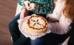De hand van het kind neemt een kaars van cake Royalty-vrije Stock Fotografie