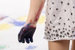 De hand van het kind \ 's met verf Stock Foto's